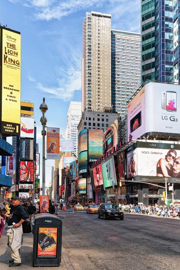 Turistas no Times Square na 7os avenida e Broadway fotografia de stock