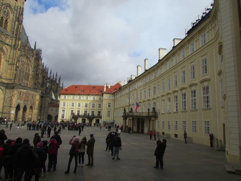Turistas numerosos en el centro de Praga - la ciudad vieja, la República Checa fotografía de archivo libre de regalías