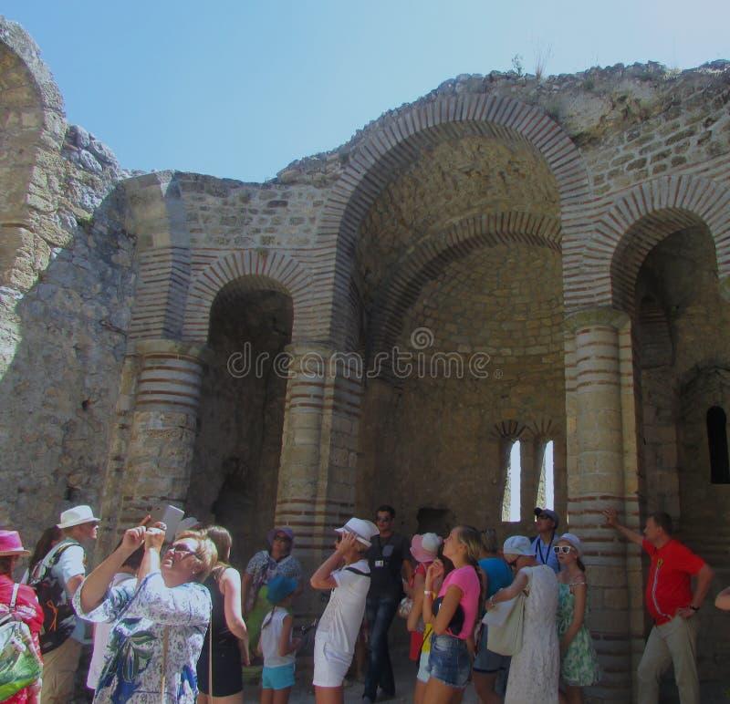 Turistas numerosos en la fortaleza medieval del cruzado del siglo XII imagen de archivo libre de regalías