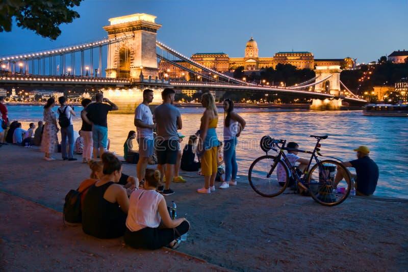 Turistas pelo Danube River em Budapest imagem de stock