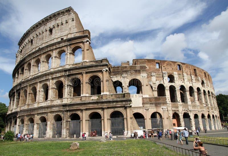 Turistas perto do Colosseum, Roma fotografia de stock