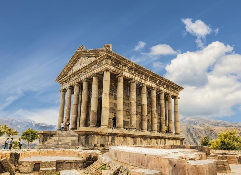 Turistas perto do templo de Garni - um templo pag?o em Arm?nia fotos de stock