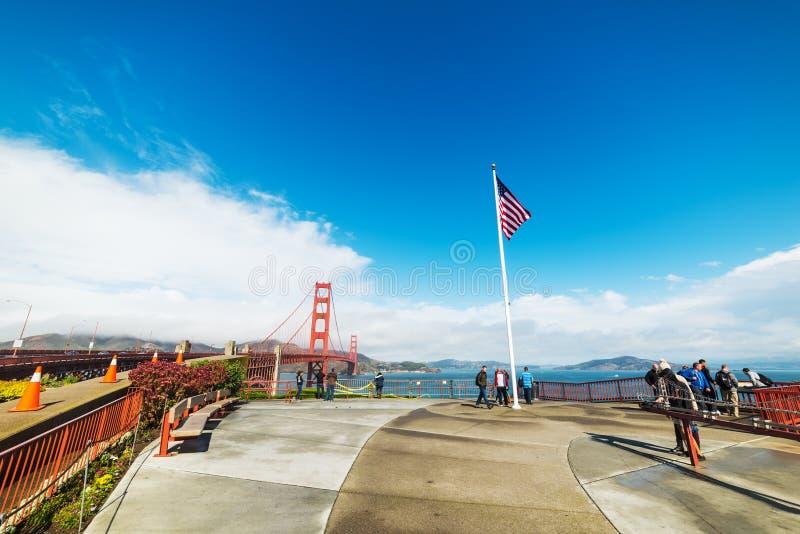 Turistas por puente Golden Gate fotografía de archivo libre de regalías