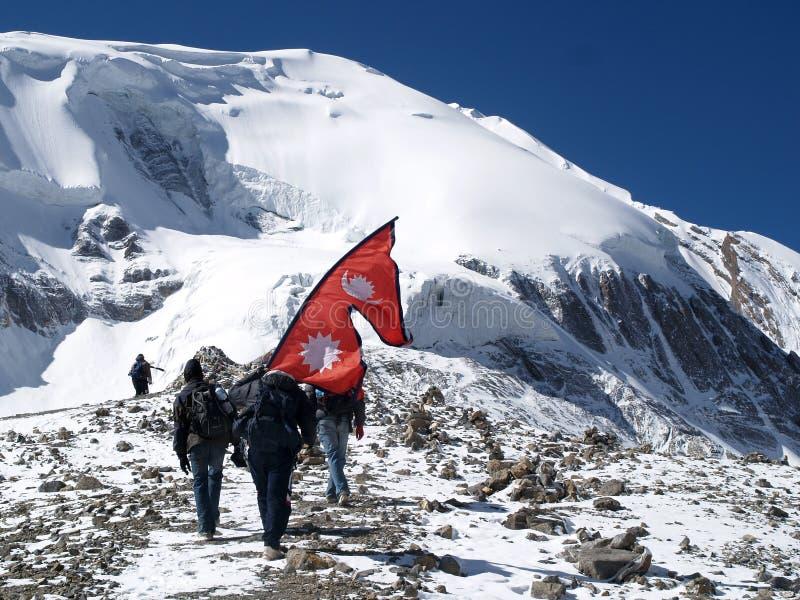Turistas que acenam a bandeira do Nepali foto de stock