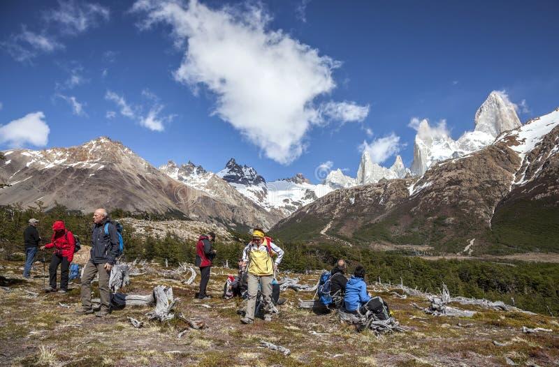 Turistas que admiran la vista escénica del soporte Fitz Roy, uno de los lugares más hermosos de la Patagonia, la Argentina fotografía de archivo libre de regalías