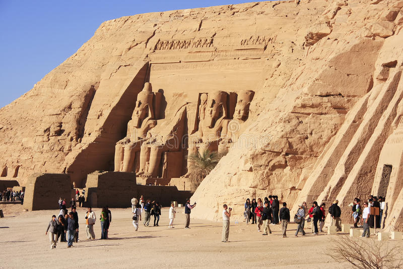Turistas que andam em torno do grande templo de Abu Simbel, Nubia imagem de stock