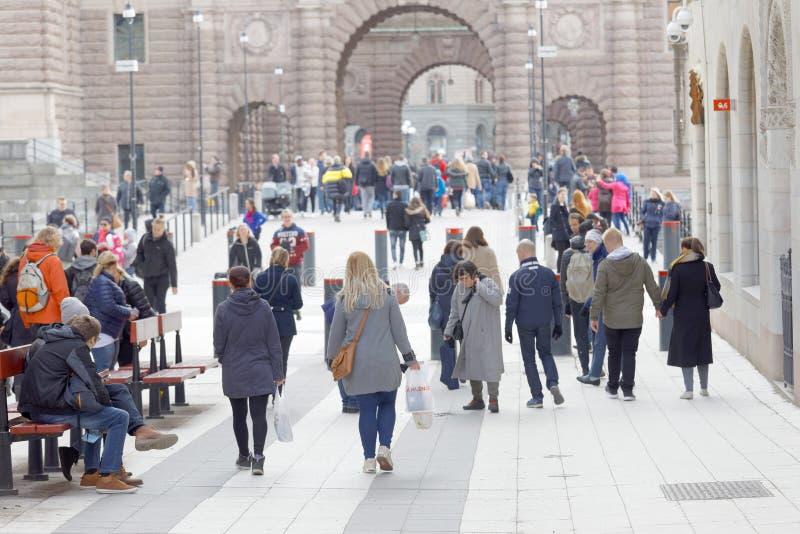 Turistas que andam na rua Drottningatan dos famoues em Stockhol foto de stock