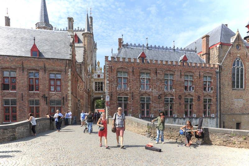 Turistas que andam nas ruas estreitas no centro de Bruges Bruges é chamada igualmente a Veneza do norte devido ao numeroso foto de stock royalty free