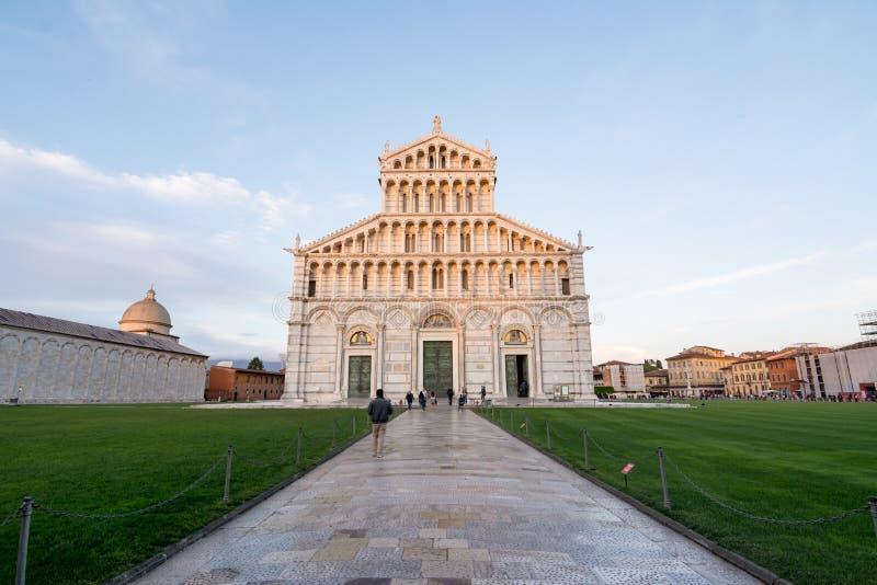 Turistas que andam para a catedral de Pisa no famou do mundo imagens de stock