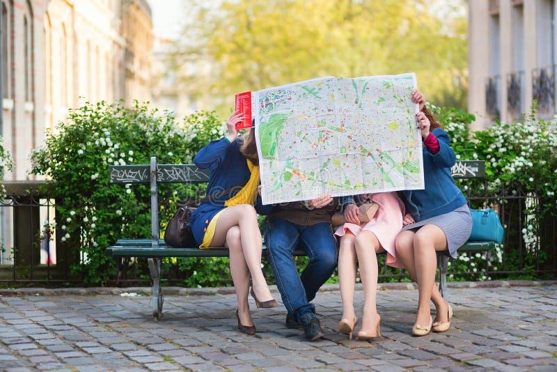Turistas que buscan la dirección en París imagen de archivo libre de regalías