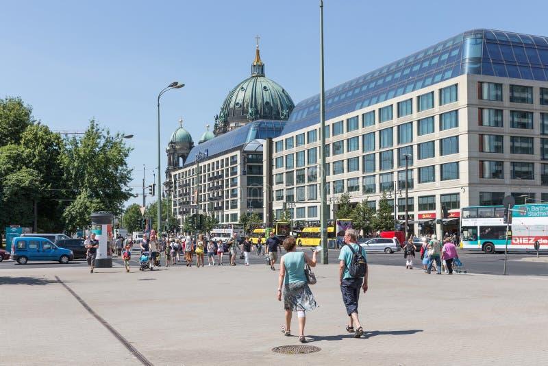 Turistas que caminan adentro en Karl Liebknecht Strasse cerca de los Dom del berlinés en Berlín, Alemania imagenes de archivo