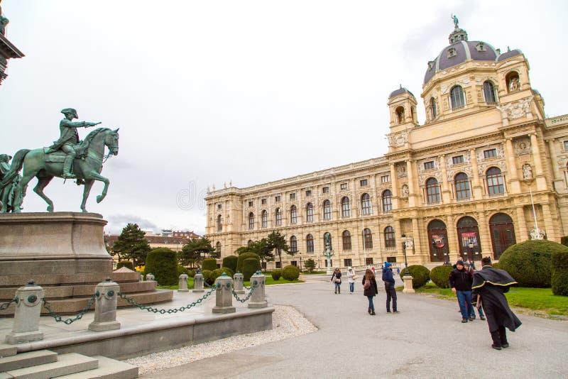 Turistas que caminan cerca de museo y de la estatua de bellas arte imagen de archivo libre de regalías