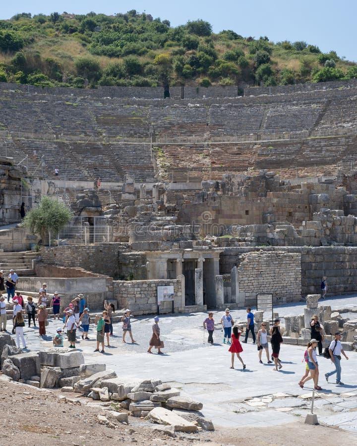 Turistas que caminan dentro y fuera del teatro magnífico de Ephesus en Summe imágenes de archivo libres de regalías