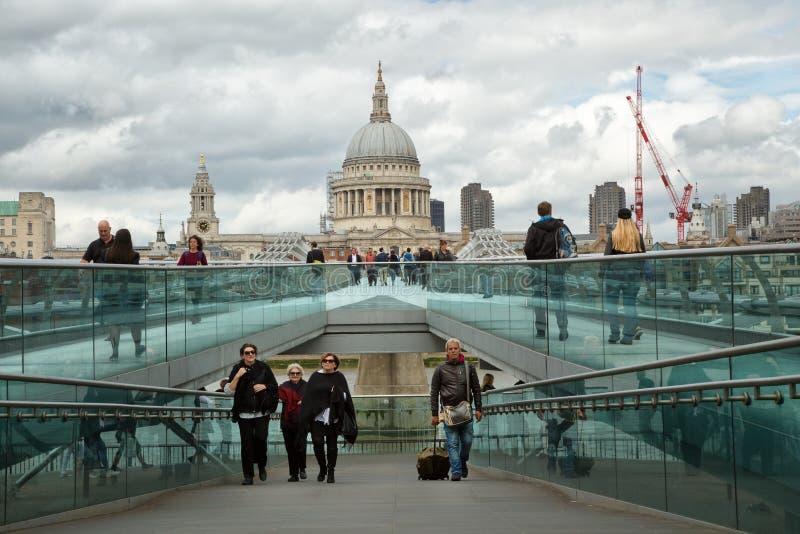 Turistas que caminan en el puente del milenium en Londres imagen de archivo libre de regalías