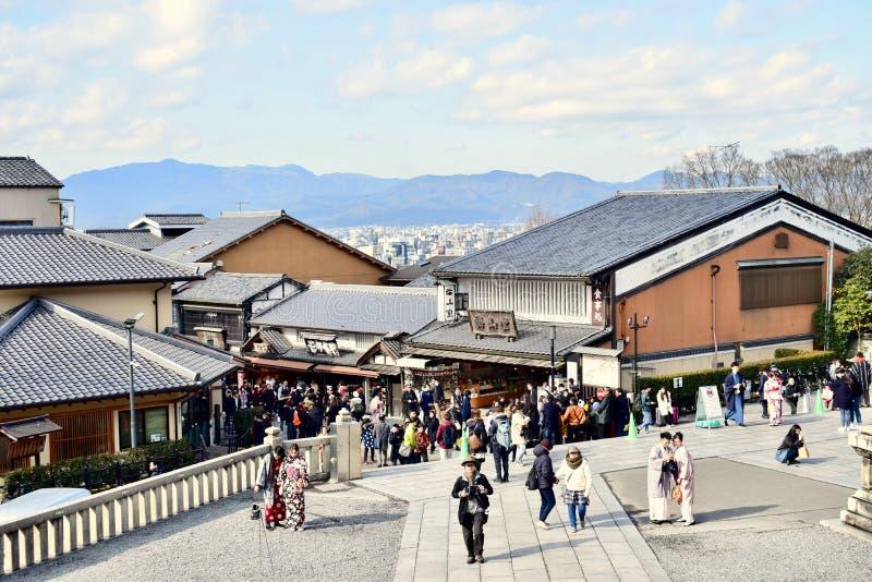 Turistas que caminan en el templo Kyoto, Japón de Kiyomizu-dera imagen de archivo