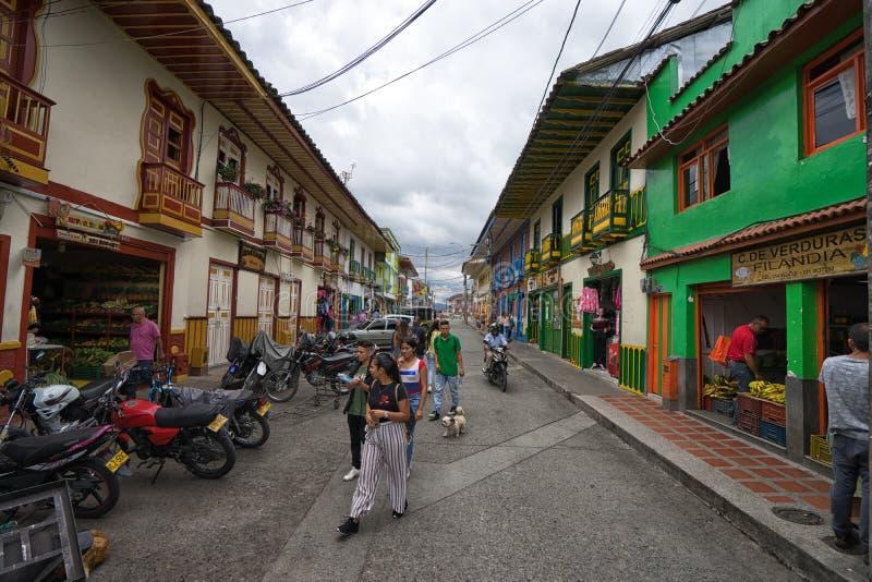 turistas que caminan en la calle en Filandia, Colombia fotografía de archivo libre de regalías
