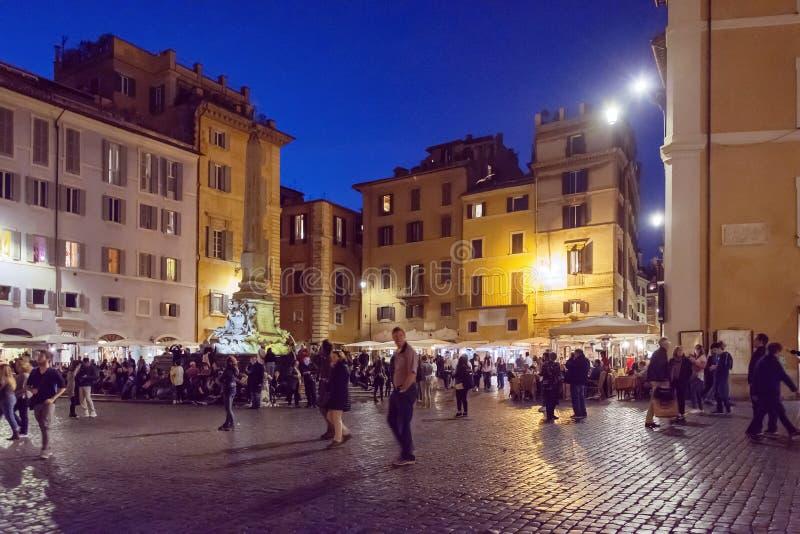 Turistas que caminan en la plaza Della Rotonda Pantheon en Roma fotos de archivo libres de regalías