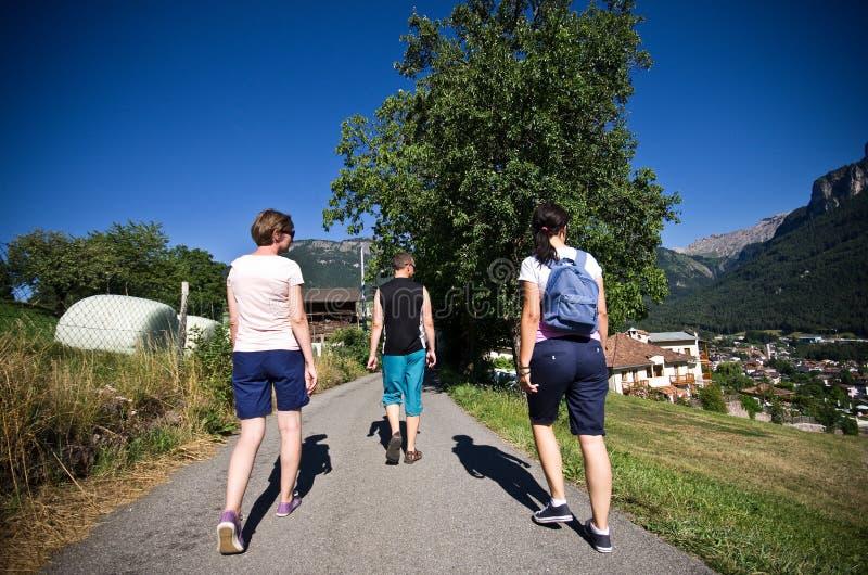 Turistas que caminan en las montañas italianas fotos de archivo