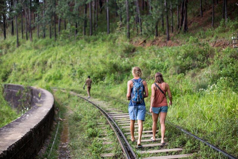 Turistas que caminan en vías del tren en Ella, Sri Lanka imagen de archivo