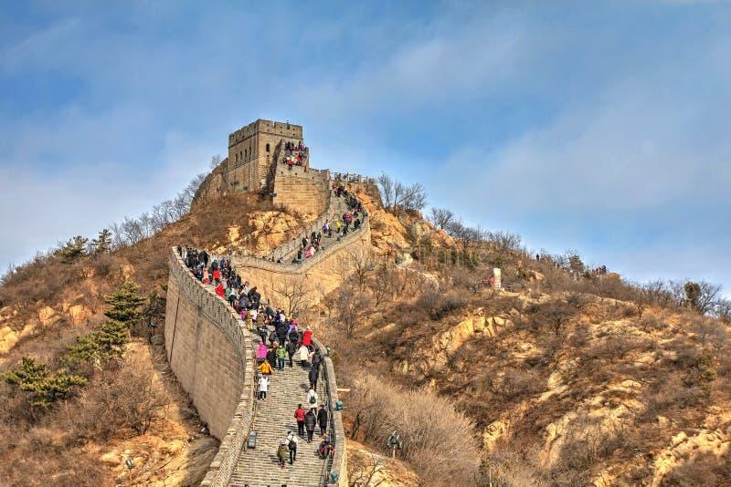 Turistas que caminan a lo largo de la Gran Muralla de China imagenes de archivo