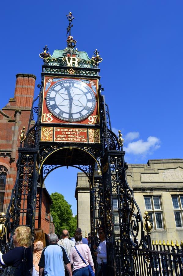 Turistas que caminan a lo largo de la pared de Chester en la torre de reloj de Eastgate fotos de archivo libres de regalías