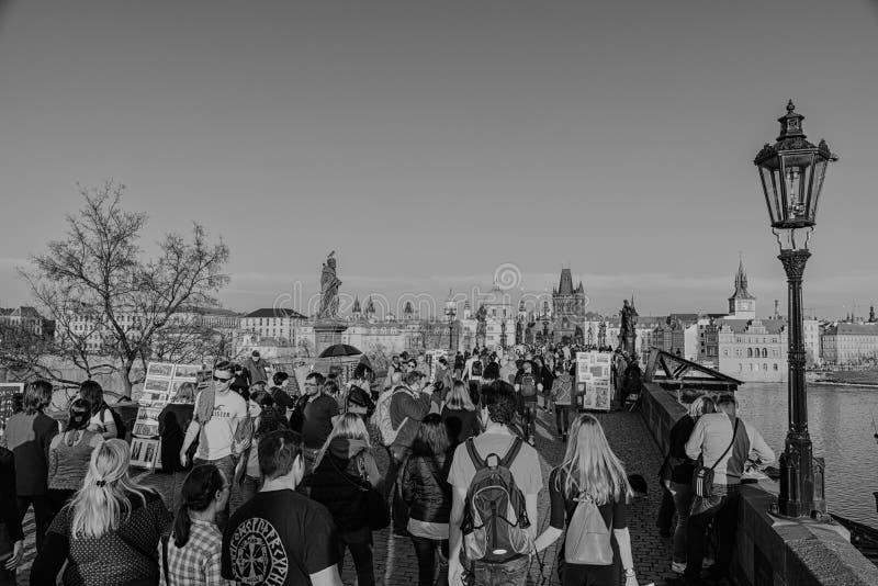 Turistas que caminan sobre Charles Bridge fotos de archivo