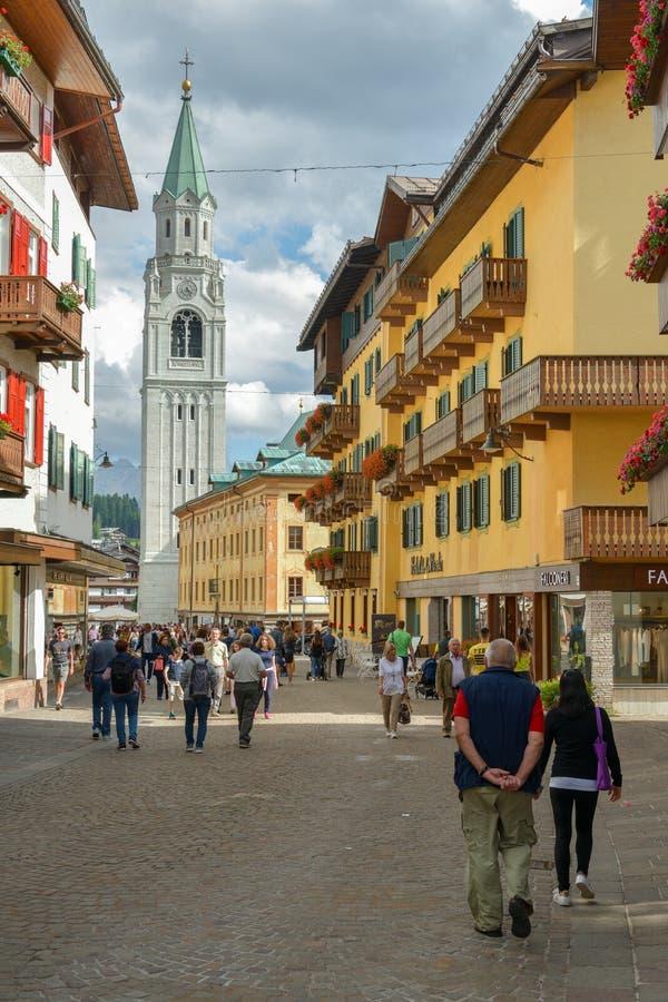 Turistas que caminan a través de la calle principal en Cortina d'Ampezzo imagenes de archivo