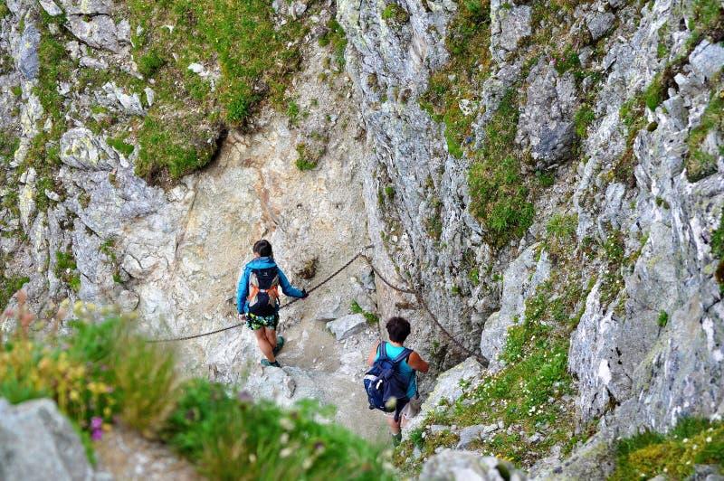 Turistas que caminham nas montanhas - Eslováquia, altura Tatras imagem de stock