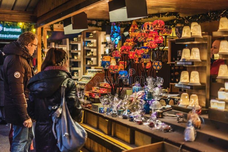 Turistas que compram lembranças no mercado do Natal imagens de stock royalty free