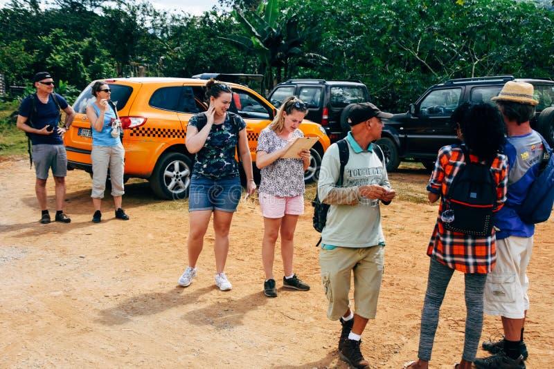 Turistas que consiguen listos para los bosques de un alza bajo la lluvia cerca de Trinidad, Cuba imagen de archivo