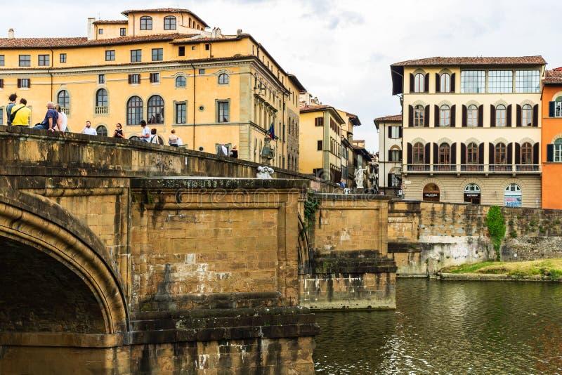 Turistas que cruzam a ponte medieval velha em Floren?a imagens de stock