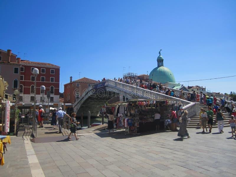 Turistas que cruzan el puente, Venecia - Italia imágenes de archivo libres de regalías