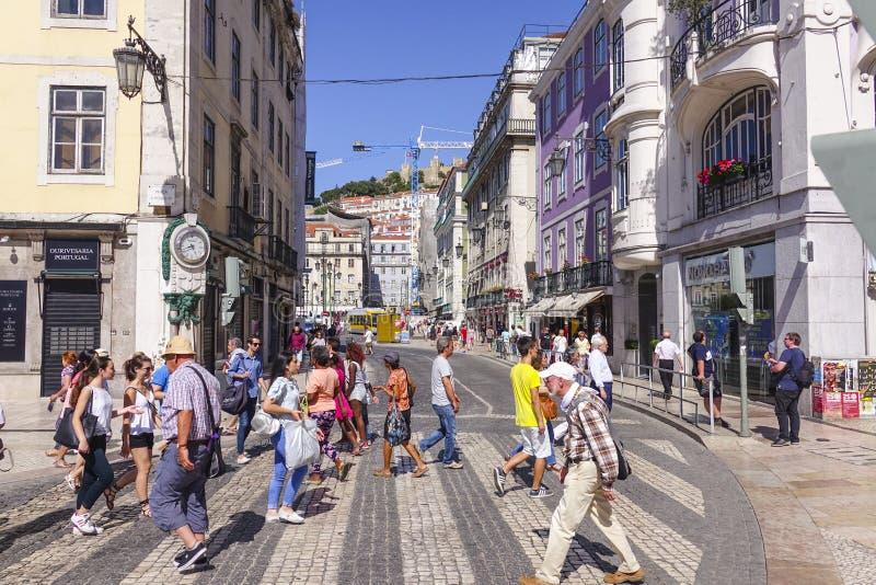 Turistas que cruzan la calle en Lisboa imagen de archivo libre de regalías