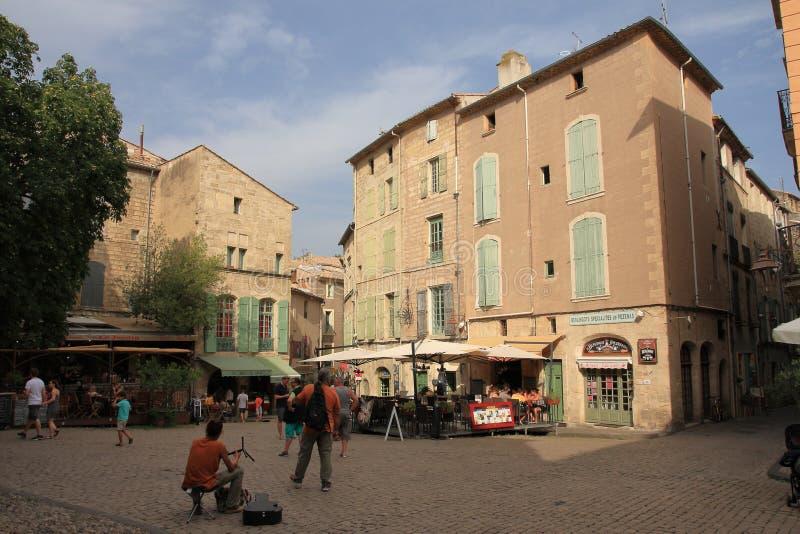 Turistas que dão uma volta no quadrado central da cidade francesa de Pezenas, França imagens de stock