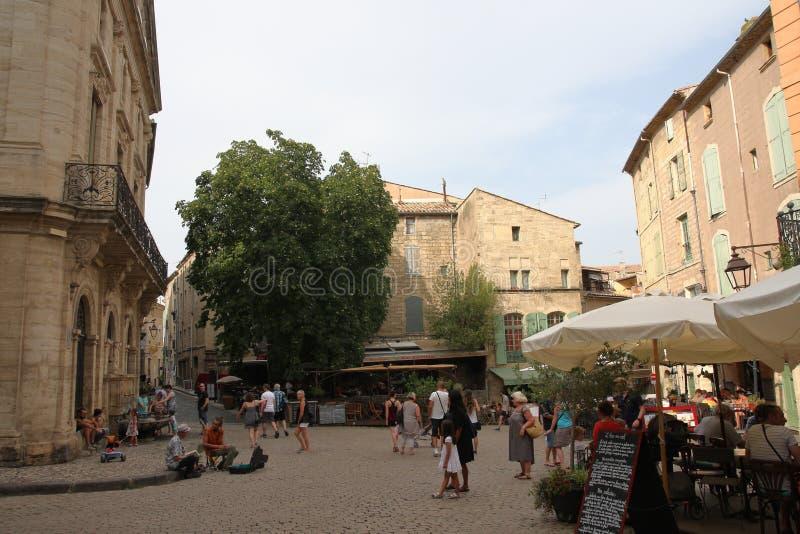 Turistas que dão uma volta no quadrado central da cidade francesa de Pezenas, França fotos de stock royalty free