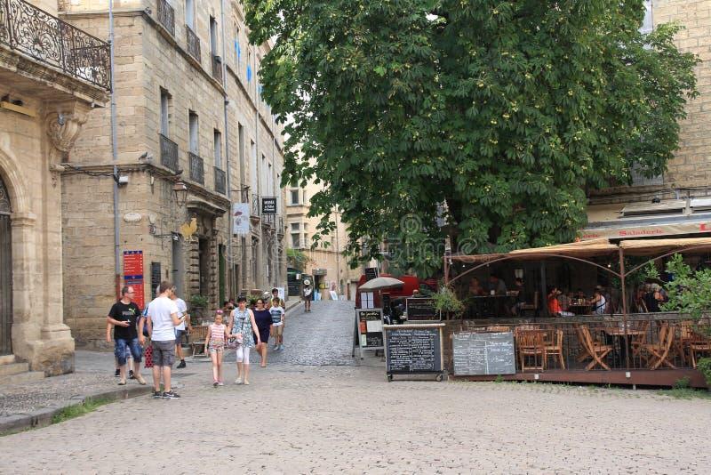 Turistas que dão uma volta no quadrado central da cidade francesa de Pezenas, França foto de stock royalty free