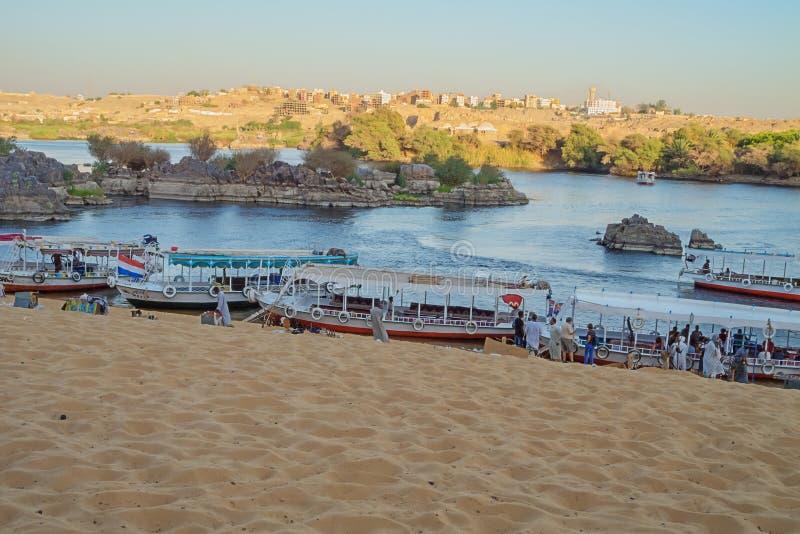 Turistas que desembarcam na costa do Nilo perto de Jazirat Salujah imagem de stock