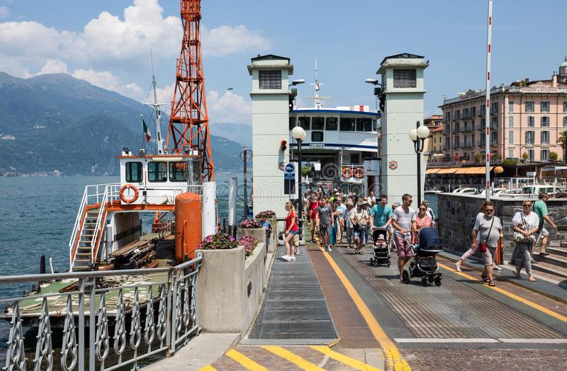 Turistas que desembarcam na vila de Bellagio do barco que navega no lago Como, Itália fotos de stock royalty free