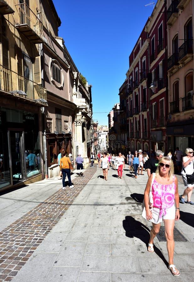 Turistas que disfrutan de la sol mientras que explora imagen de archivo