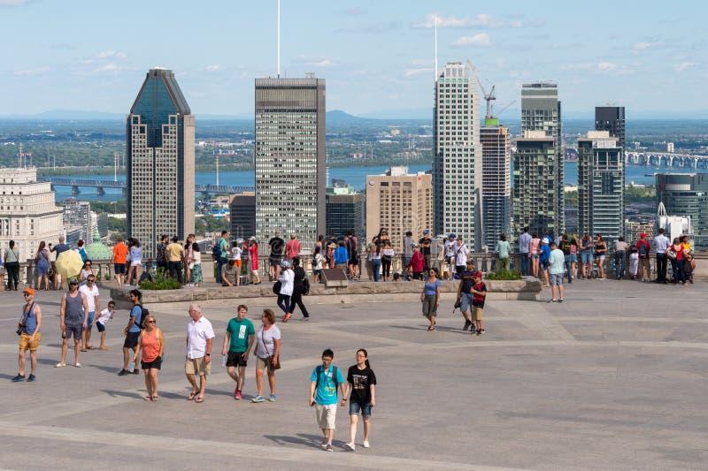 Turistas que disfrutan de la vista del horizonte de Montreal imagen de archivo