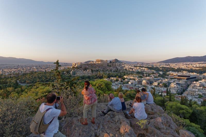 Turistas que disparam na acrópole e na arquitetura da cidade de Atenas foto de stock