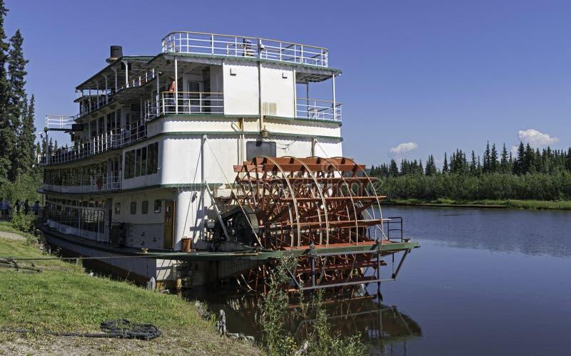 Turistas que embarcam um barco de rio de Sternwheeler em Alaska fotografia de stock