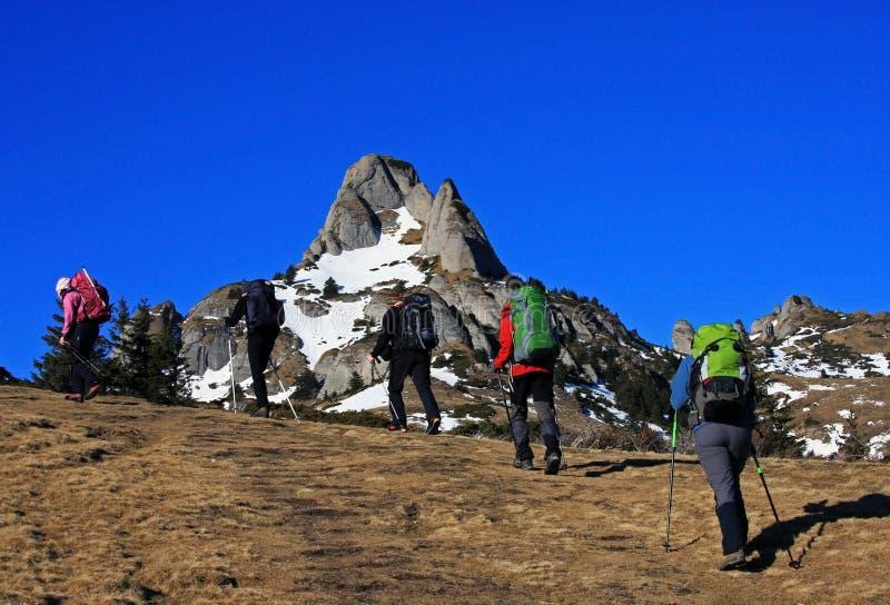 Turistas que emigran en las montañas de Ciucas, Rumania fotos de archivo