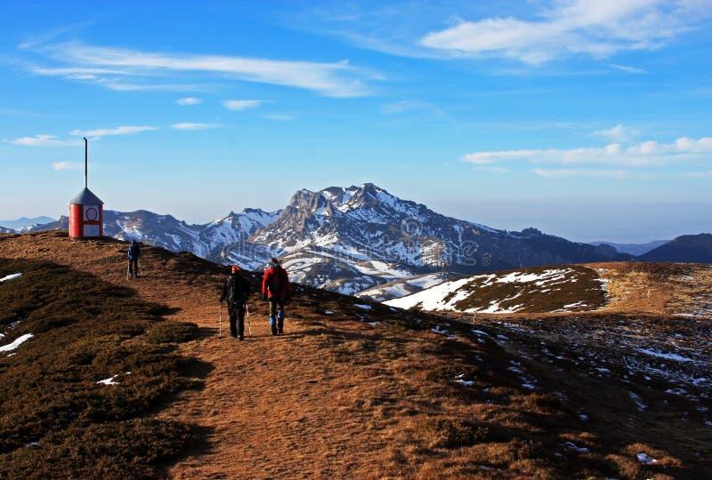 Turistas que emigran en las montañas de Ciucas, Rumania foto de archivo