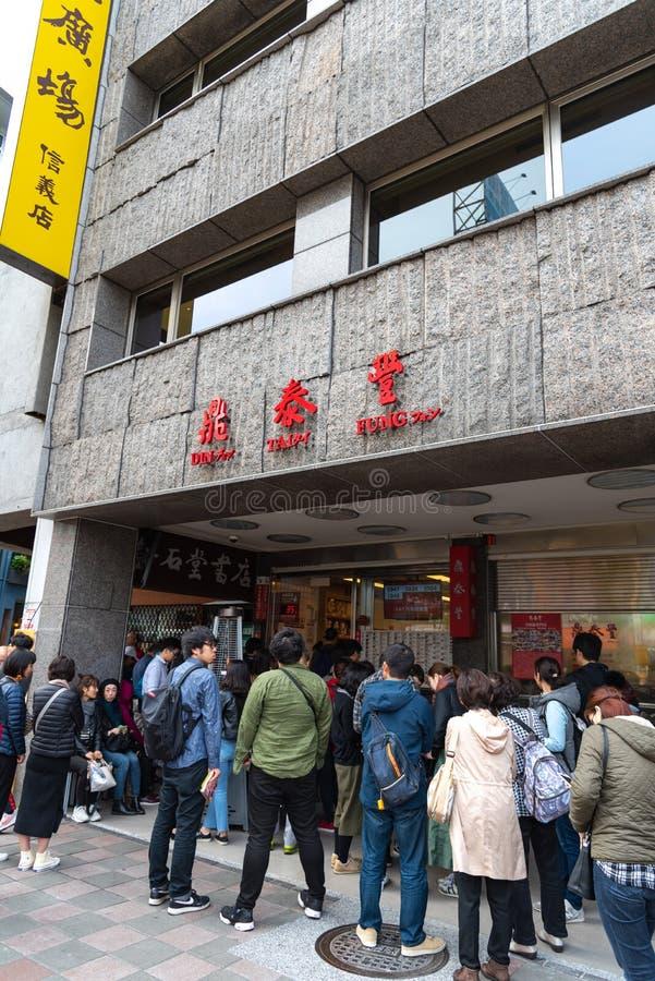 Turistas que enfileiram-se no restaurante original do mainstore de Tai Fung do ruído fotografia de stock royalty free