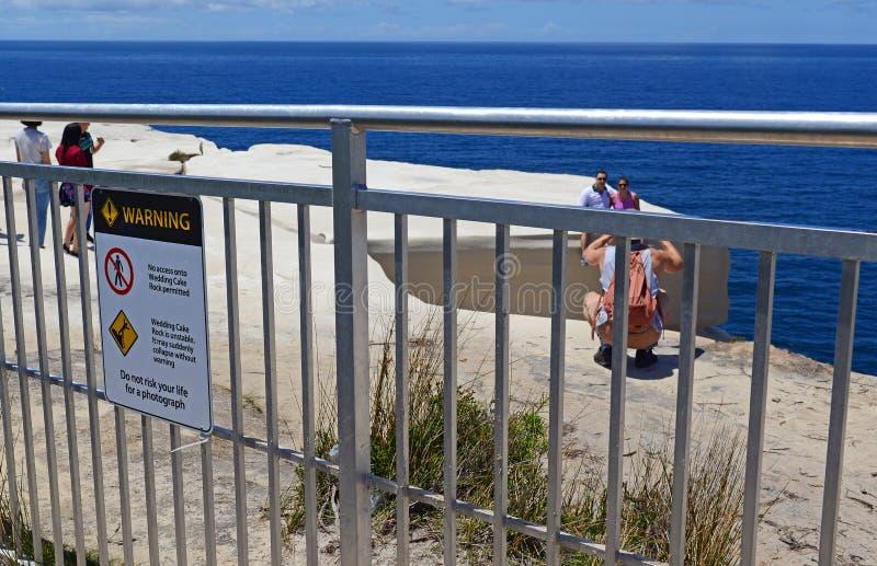 Turistas que enganchan a comportamiento aventurado en el parque nacional real, Sydney Australia foto de archivo