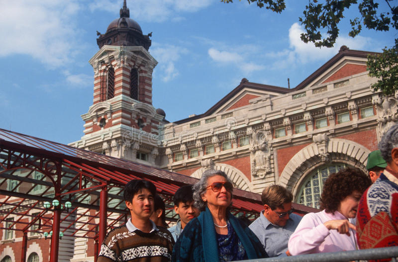 Turistas que entram no console de Ellis, New York, NY fotos de stock