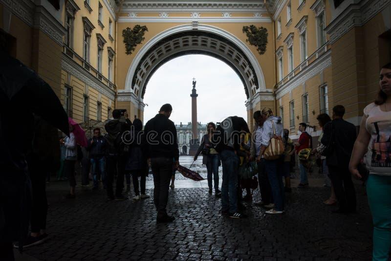 Turistas que escondem da chuva sob o arco do general Staf foto de stock royalty free