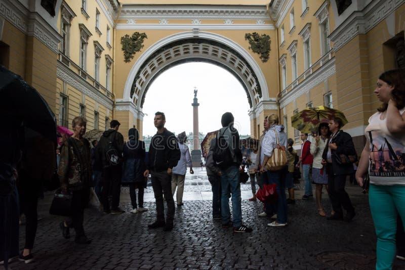Turistas que escondem da chuva sob o arco do general Staf foto de stock