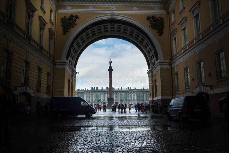 Turistas que escondem da chuva sob o arco do general Staf imagens de stock royalty free